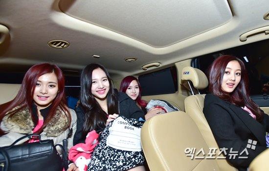 車で移動するツウィ、ナヨン、ミナ、ジヒョ
